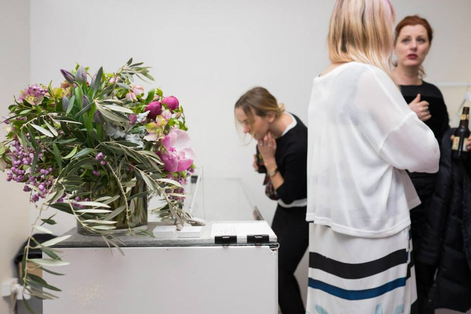 checking out the gorgeous bouquet - image via Kuwaii